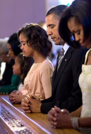 obama-prayingwithfamily